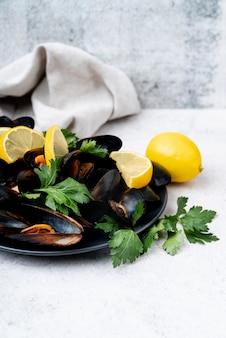 Gericht aus gekochten muscheln und zitrone