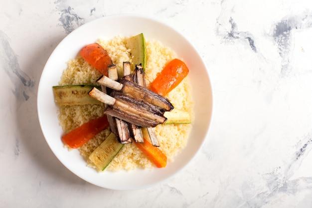 Gericht mit couscous und fleisch zubereitet