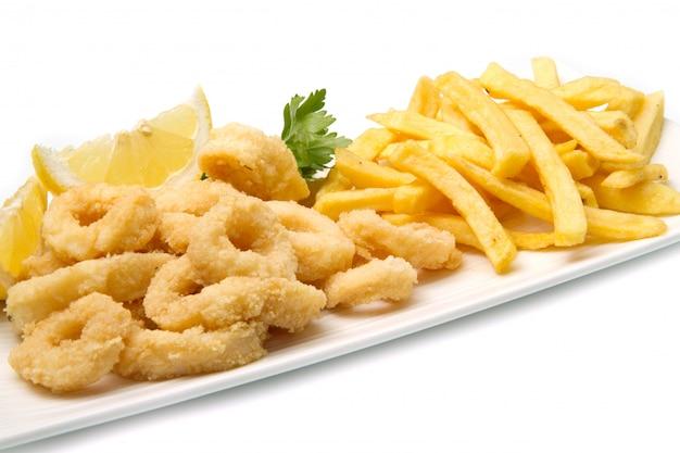 Gericht mit gebratenem tintenfisch mit pommes frites