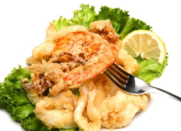 Gericht mit gebratener fischmischung