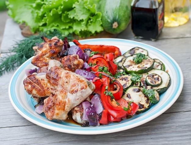 Gericht mit gegrilltem gemüse (zucchini, paprika, rote zwiebel)