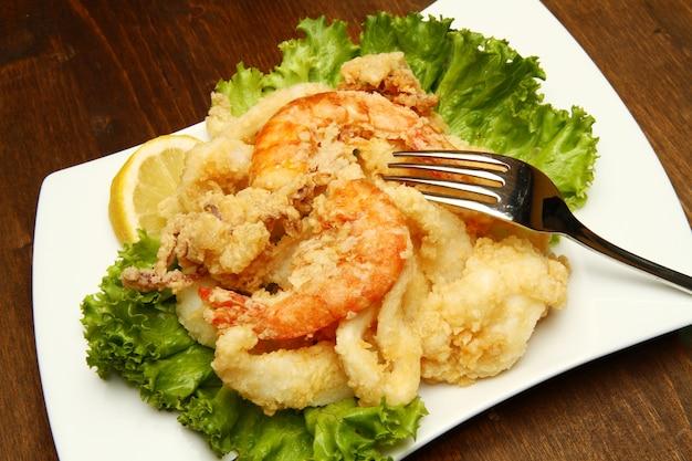 Gericht mit gemischtem gebratenem fisch