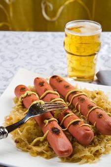 Gericht mit gerösteten würstchen und sauerkraft