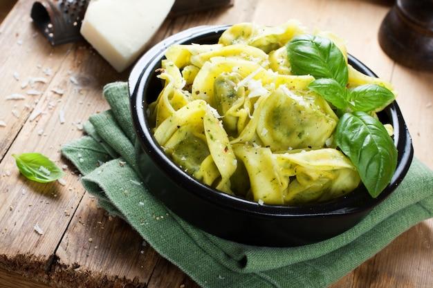 Gericht mit herzhaften italienischen tortellini