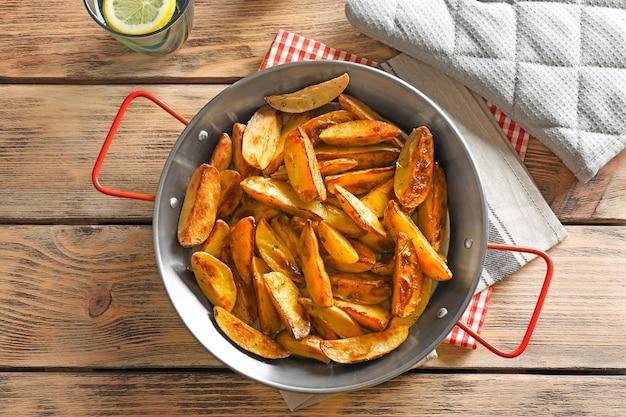 Gericht mit leckeren kartoffelspalten auf dem tisch