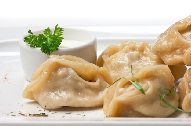 Gericht ravioli mit sauerrahm isoliert