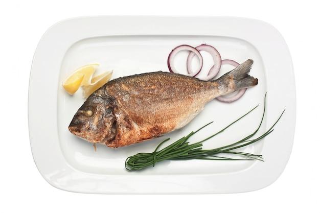 Gericht von gebratenem fisch mit zwiebeln lokalisiert auf weißem hintergrund