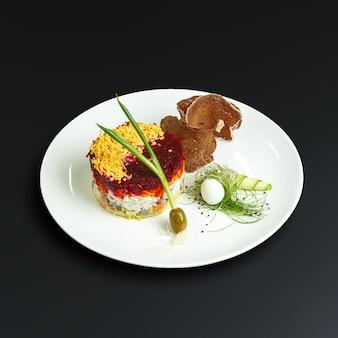 Gerichte der traditionellen russischen küche. restaurant serviert
