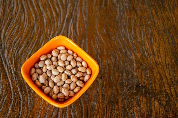 Gerichte mit getreidebohnen auf holztisch