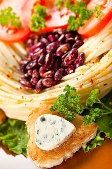 Gerichte zum abendessen dekoriert gebratenes brot und blauschimmelkäse in form eines herzens.