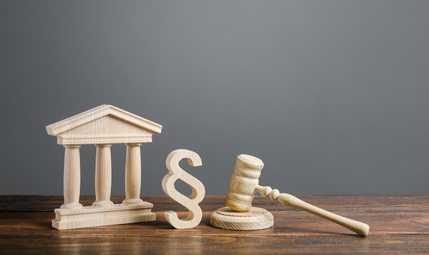 Gerichtsgebäude, hammer und ein absatzsymbol. internationaler gerichtshof.