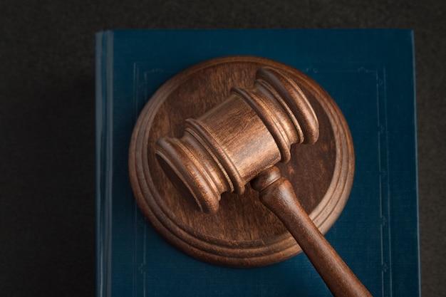Gerichtshammer und gesetzesbücher. menschenrechtskonzept. nahansicht. gerechtigkeit und rechtskonzept.