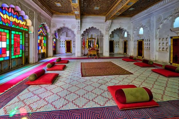 Gerichtssaal moti mahal (der perlenpalast) im mehrangarh fort, jodhpur, rajasthan, indien