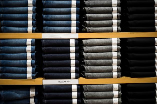Geringe tiefenschärfe regal von jeans und denim zu verkaufen