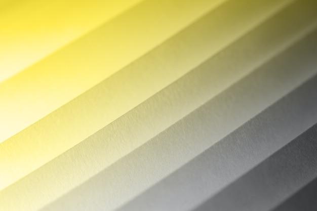 Gerippte abstrakte struktur aus papierbögen in trendigen pantone 2021-farben
