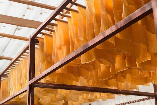 Gerippte geräucherte platten sind koagulierte gummiplatten, die aus frischem feldlatex verarbeitet werden