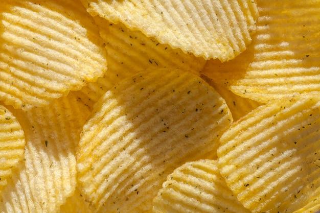 Gerippte kartoffelchips mit gewürzen. nahansicht