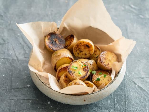 Geröstete babykartoffeln und microgreen