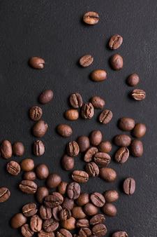 Geröstete bohnen mit geschmackvollem kaffee