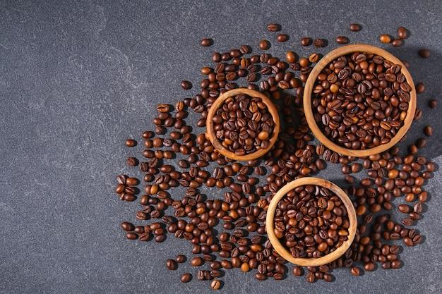 Geröstete braune kaffeebohnen auf grauem hintergrund