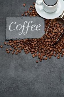 Geröstete braune kaffeebohnen und stein servierbrett mit kreide handgeschriebenes zeichen