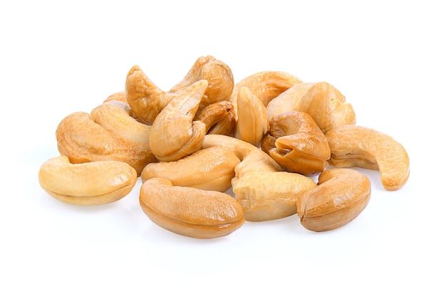 Geröstete cashewnüsse auf einem weißen hintergrund