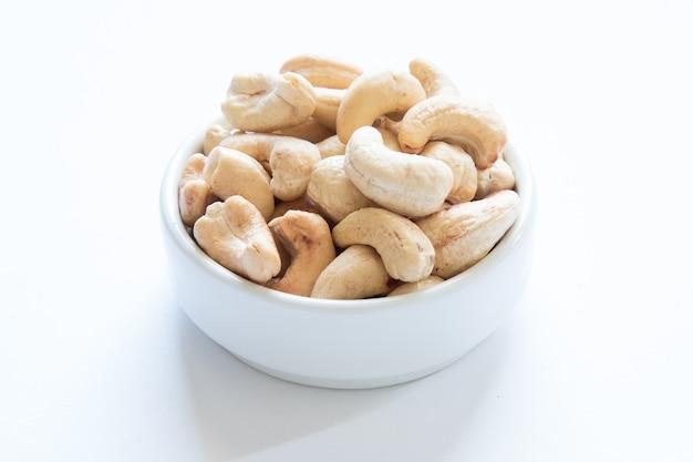 Geröstete cashewnüsse auf weißem tisch.