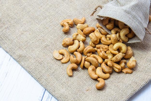 Geröstete cashewnüsse im jutesack