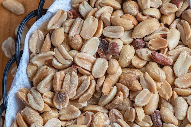 Geröstete erdnüsse mit salz in nahaufnahme