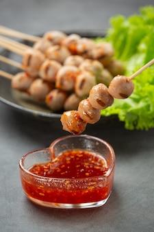 Geröstete fleischbällchen mit scharfer sauce
