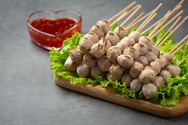 Geröstete fleischbällchen und würzige sauce