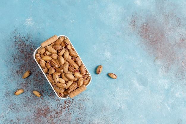 Geröstete gesalzene pistazien in nussschale.