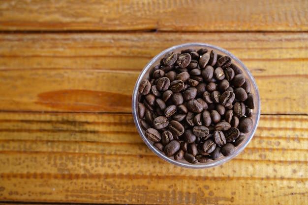 Geröstete kaffeebohne im behälter