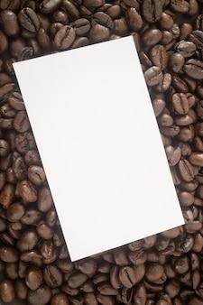 Geröstete kaffeebohne und visitenkarte