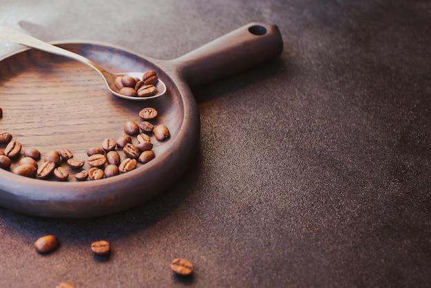 Geröstete kaffeebohnen auf dunklem tisch
