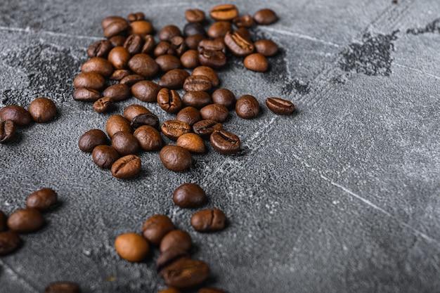 Geröstete kaffeebohnen auf grau mit platz für text
