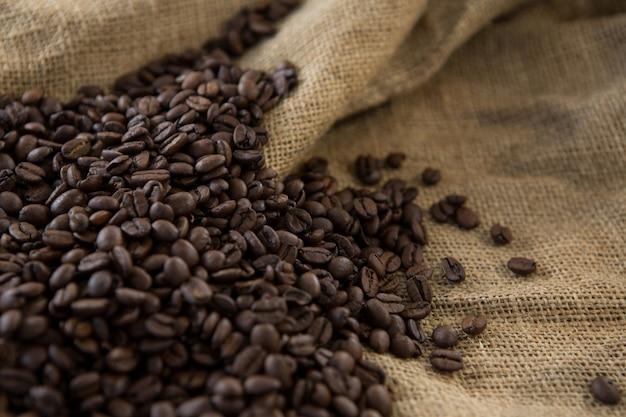 Geröstete kaffeebohnen auf sack