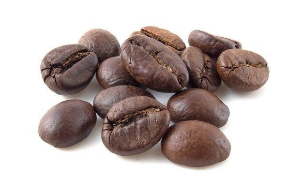 Geröstete kaffeebohnen hautnah isoliert auf weißem hintergrund.