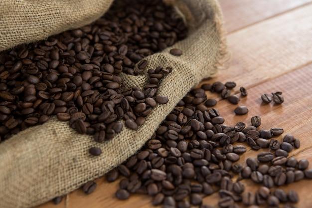 Geröstete kaffeebohnen im sackbeutel