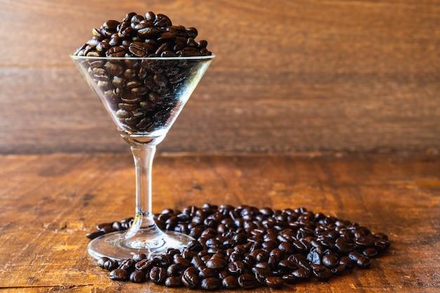 Geröstete kaffeebohnen in einer tasse