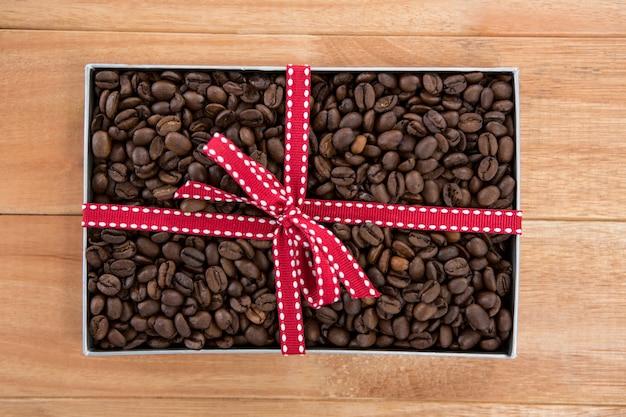 Geröstete kaffeebohnen in geschenkbox
