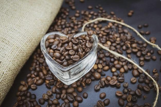 Geröstete kaffeebohnen in herzförmigem glas