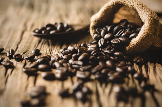 Geröstete kaffeebohnen in säcken.