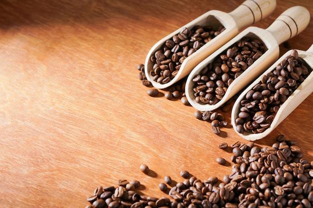 Geröstete kaffeebohnen in schaufel