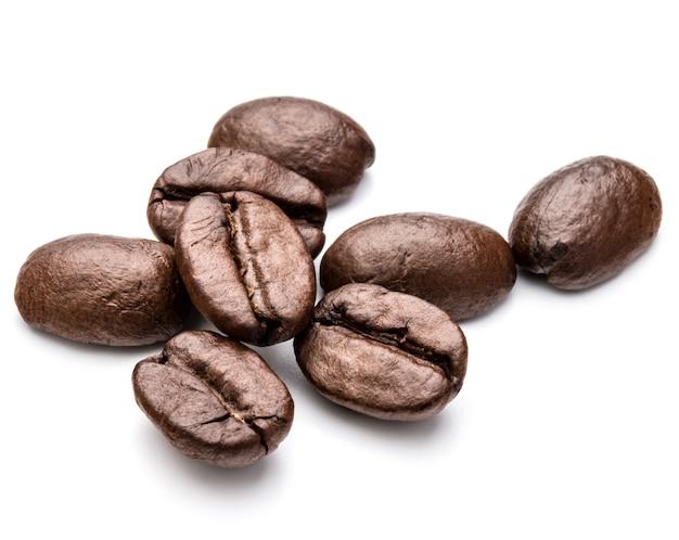 Geröstete kaffeebohnen in weißem hintergrundausschnitt isoliert