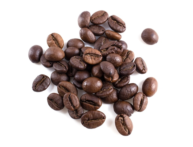 Geröstete kaffeebohnen isoliert auf weißem hintergrund.