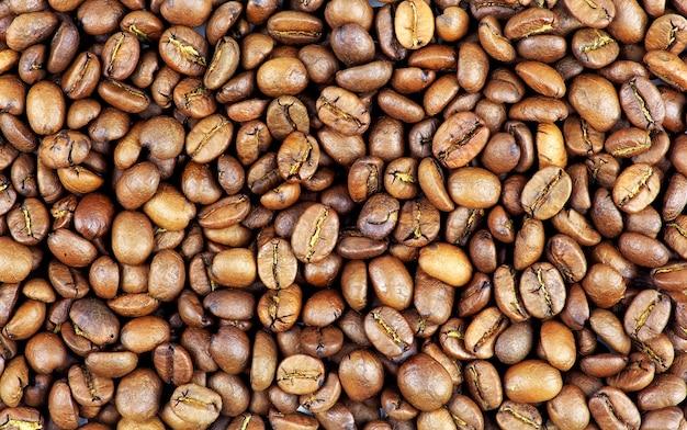 Geröstete kaffeebohnen können als hintergrund verwendet werden. kaffeebohnen nahaufnahme hintergrund