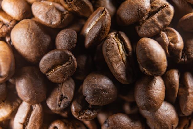 Geröstete kaffeebohnen können als hintergrund verwendet werden. kaffeebohnen-texturmakro.