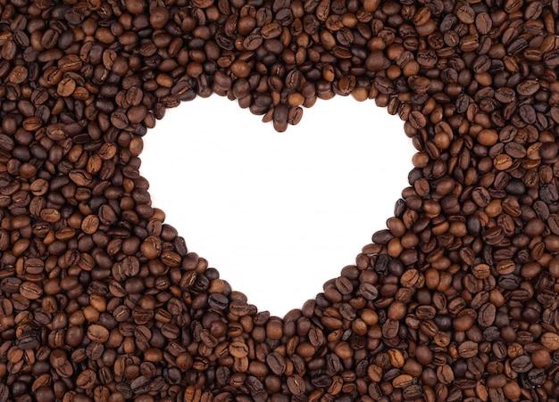 Geröstete kaffeebohnen lassen platz im herzen