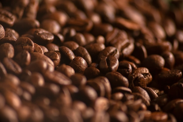 Geröstete kaffeebohnen mit kopienraum hautnah. makro. frische kaffeekörner tapete. guten morgen. café.